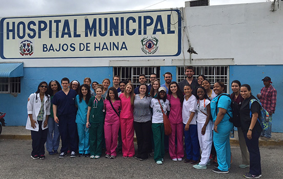 IIH participants stand in front of Hospital Municipal in Bajos de Haina